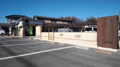 かわいいモルタル造形の塀が立ち並ぶ事務所駐車場